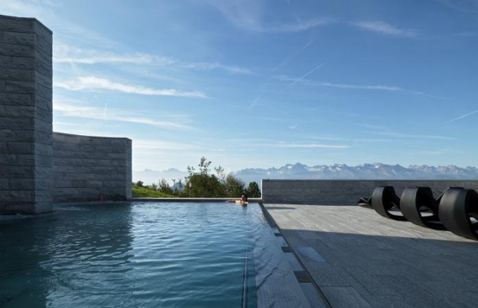 Contemplez la vue depuis la piscine du Mineralbad & Spa de Rigi
