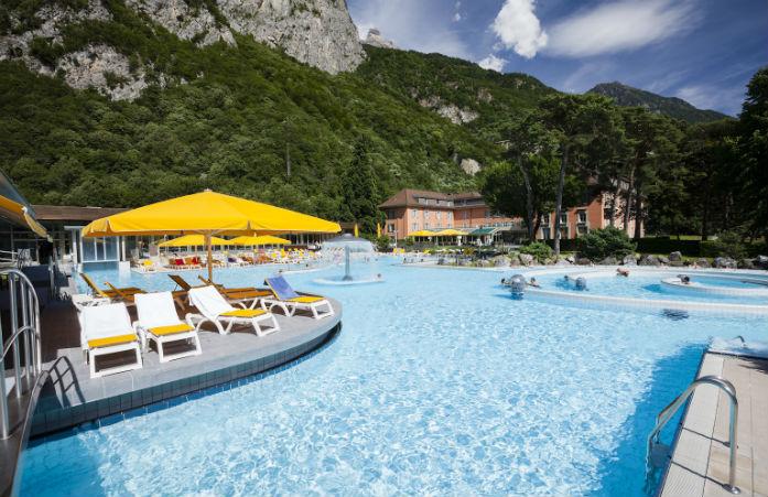 Appréciez le cadre majestueux qui encercle les bains thermaux de Lavey dans le canton de Vaud