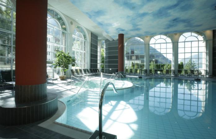 La piscine intérieure des plus grands bains thermaux de Suisse, les Walliser Alpentherme à Loèche-les-Bains