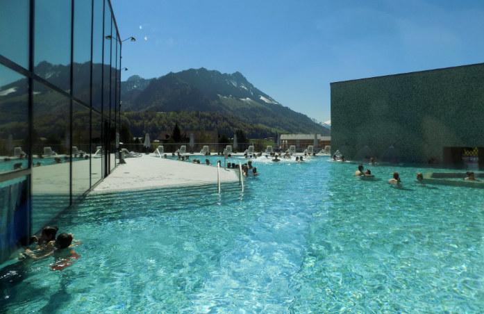 La magnifique piscine extérieure des bains de la Gruyère