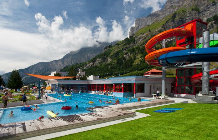 La piscine extérieure et le toboggan fermé des bains de Leukerbad